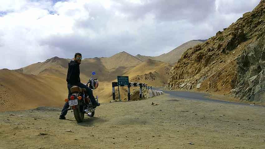 carretera sin pavimentar en khardung la en india