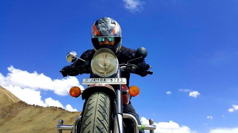 subir moto khardung la carretera en leh
